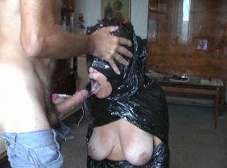 Ich wurde von meinem Meister in schwarze Folie verpackt und konnte nichts sehen. Ich könnte nur seinen Schwanz in meine Kehle, seine Zunge auf meinem Kitzler und seinen Schwanz in meine Muschi fühlen. Es war richtig geil und ich war ganz nähe Orgasmus