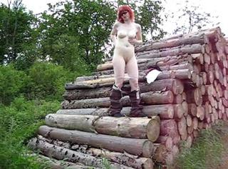 """Vorschaubild vom Privatporno mit dem Titel """"Heiß am Holzstapel"""""""