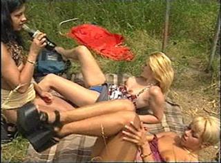 """Vorschaubild vom Privatporno mit dem Titel """"3 hübsche Frauen im Gras - Lesbenvideo"""""""