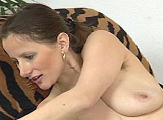 """Vorschaubild vom Privatporno mit dem Titel """"Hausfrau, Hängetitten und Achselhaare"""""""