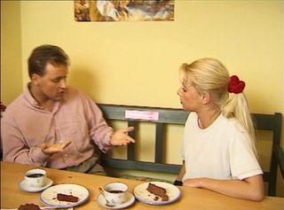 Die hübsche Nicole hat mir einen Kuchen gebacken. Leute ich sag Euch, Die Frau ist bildhübsch und sexy aber der Kuchen. Trocken wie die Wüste Sahara. Kein Geschmack. hat wohl den Zucker vergessen.  Dass ich für so einen Scheiß-Kuchen dann wenigstens einen geilen Blowjob brauche ist ja wohl klar. Und dass kann sie wenigstens bis zum Abspritzen.