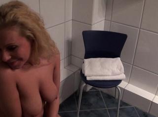 """Vorschaubild vom Privatporno mit dem Titel """"Vollgepisst im Hotelklo"""""""