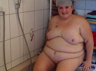 Bei diesem Video wurde ich in der Badewanne bespannt , ich habe meinen sexy Körper gepflegt und mich schön eingeseift , da ich auch eine rasierte Muschi will habe ich auch das gemacht und meine grossetitten sanft eingeölt. Dabei auch meine zarte Haut verwöhnt und meinen Arsch schön massiert. Dabei ist mir nicht mal aufgefallen das ich Bespannt wurde . Dir wird sicher auch heiß und deine notgeilheit wird erweckt .  Also genieße das Video und wenn Du auch mal ein Wunschvideo möchtest dann sag mir einfach bescheid. Liebe grüße deine Michelle