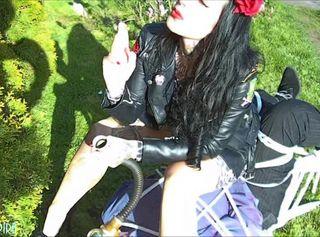 """Vorschaubild vom Privatporno mit dem Titel """"La Chica Rockabilly - Mein Genuss ist deine Demütigung"""""""