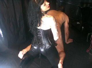 """Vorschaubild vom Privatporno mit dem Titel """"Domina Lady Vampira in Lack und Leder – Strap On Schlampentraining"""""""