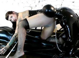 Nur die raffinierte Domina Lady Vampira weiss, wer im Vakuumbett liegt und welcher Sklave unter der Maske steckt. Im SM Studio Femdom Empire wird aus dem anonymen Bi-Sklaven Spiel ein abwechslungsreicher Stellungswechsel im Vakuumbett, mit Melkmaschine und Strap On. Als FemDom liebt die Herrin Arschverehrung in transparenter Strumpfhose ohne Slip und bevorzugt Latex am Körper des Sklaven. Während die Venus2000 den Sklavenschwanz melkt, bereitet die Mistress ihren Umschnalldildo zum Pegging vor und das Gummiobjekt muss sich vor die Female Domination Diva knien. Ohne Melkmaschine müsste die Gummisau den Schwanz des anderen Mannes blasen. Soll er es tun?