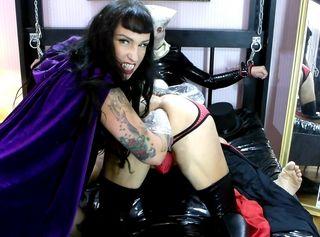 Lady Vampira bittet Graf Dracula ihr ins Zimmer nebenan zu folgen, wo der Sklave ans Bett gefesselt auf seinen Meister wartet. Der Spermasüchtige Vampir stürzt sich wieder auf seine Beute und beisst gierig in dessen harten Schwanz. Von hinten nähert sich nun auch die perverse Gothic Mistress und streift sich die extra langen Handschuhe zum Fisting über. Der bisexuelle Vampir geniesst die anale Dehnung beim geilen Blowjob...