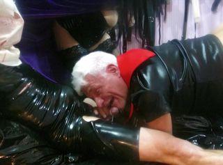 Das Sklave ist kurz vor dem abspritzen und sein geiler Gay Master beisst ihm beim blasen weiter fest in den Schwanz. Das gefesselte Opfer zuckt und stöhnt, kann er sich doch nicht gegen den Vampir wehren, der endlich sein Sperma saugen will. Graf Dracula kniet beim Blowjob vor seiner Beute, er schmatzt und lutscht, dabei dehnt ihn eine Faust im Arsch. Lady Vampira dominiert den Fürst der Finsternis mit intensivem Fisting an diesem bizarren Abend von Halloween. Schon verschwindet das Dämonenweib und holt ihr teuflisches Zeug in einem Fläschchen Namens Poppers. Erst der Sklave dann der Herr, schon wird das Stöhnen lauter und es spritzt dem Vampir ins Maul. Endlich hat Graf Dracula sein weißes Orgasmus Elixier....
