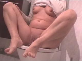 """Vorschaubild vom Privatporno mit dem Titel """"Posing auf der Toilete"""""""