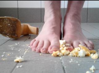 """Vorschaubild vom Privatporno mit dem Titel """"Zertreten: Hart Gekochtes Ei (Crushing)"""""""