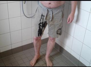 """Vorschaubild vom Privatporno mit dem Titel """"Pissen in Graue Hose"""""""