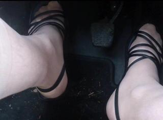 """Vorschaubild vom Privatporno mit dem Titel """"Auto: Flache Sandaletten 2"""""""