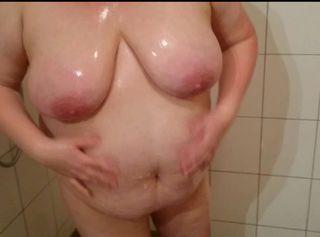 """Vorschaubild vom Privatporno mit dem Titel """"Meine BBW-Schlampe in der Dusche ** Swimsuit **"""""""