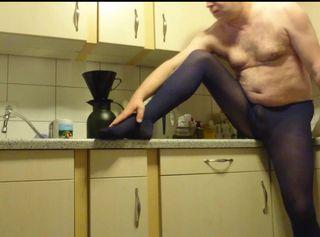 """Vorschaubild vom Privatporno mit dem Titel """"Kaffee kochen in Blauer Strumpfhose 1 ** FAN Video 5 **"""""""