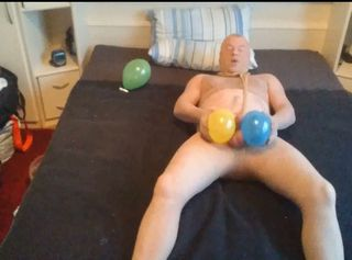 Ich bin so Geil in den Strumpfhosen mit den Luftballons. Das Ficken des Kondoms hat echt Spaß gemacht. Weil ich so Scharf dabei bin und mein Schwanz schon am Sabbern ist mit seinem Vorsaft - hab ich auch keine Angst davor das die Ballons platzen oder das Gummi vom Kondom reißt. Ich schnappe mir zwei der farbigen Luftballons und reibe meinen harten Schwanz damit und es kribbelt überall im Körper und in meinen Hoden elektrisiert es ohne Ende. Dann spritzt das SPERMA und landet schön auf meiner Strumpfhose. Nylon mit Samen ist so GEIL.