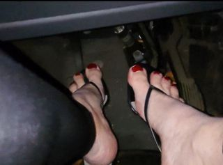 Barfuß mit roten lackierten Zehennägel stecken meine Füße in süßen alten Pantoletten. In einem Schrank tief unten habe ich diese Schuhe noch gefunden und dachte mir - die sind Geil zum Auto fahren und passen auch perfekt zu meiner neuen Legging. Der Super Rote Lack auf den Nägeln kommt auch sehr gut zur Geltung - obwohl ich lieber Schwarz oder Grau mag. Footplay mit den Pedalen im Auto ist schon Heiß. Pedal Pumping nennen es die anderen.