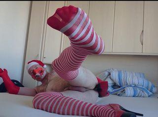 Advent, Advent - ein Penis steht .. Dazu weihnachtliche Feinstrümpfe und Heels. Eine Sexy rote Mütze, rote Handschuhe und eine Maske zur Sicherheit. So kann mein Besuch kommen und wir können Geil miteinander sein. Beim Warten bekommt man Langeweile und fängt an zu Spielen. Meine Eier sind voll und auch mein Arschloch will etwas spüren. Die Absätze passen ins Loch - und dann erlöst ich der Orgasmus. Im Strumpf landet das ganze Sperma. Naja - schade für den Besuch.