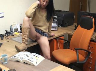 """Vorschaubild vom Privatporno mit dem Titel """"Techniker im Büro verführt"""""""