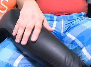 """Vorschaubild vom Privatporno mit dem Titel """"Glanz Leggings wichs uns drauf"""""""