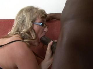 """Vorschaubild vom Privatporno mit dem Titel """"Reife Blondine wird von schwarzem Schwanz in den Arsch gefickt"""""""