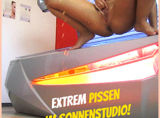"""Vorschaubild vom Privatporno mit dem Titel """"Extrem Pissen im Sonnenstudio.!"""""""