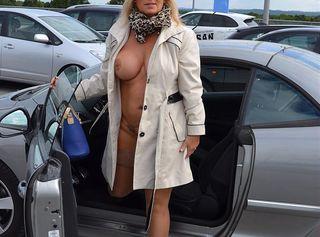 Chris fliegt in den FKK-Urlaub. Sie hat nur einen Mantel an, darunter nichts, damit es am Urlaubsort schnell geht....