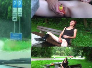 """Vorschaubild vom Privatporno mit dem Titel """"Bananen-Fick auf Autobahn-Parkplatz"""""""