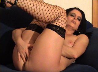 """Vorschaubild vom Privatporno mit dem Titel """"Dildo und Fingern auf der Couch 2"""""""