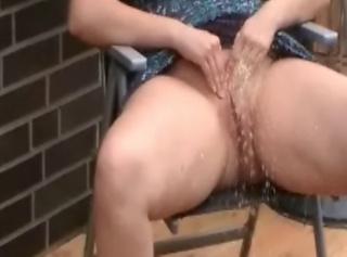 """Vorschaubild vom Privatporno mit dem Titel """"Leni im sexy Kleid und ohne Höschen"""""""
