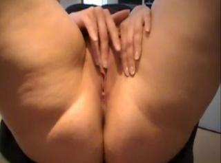 """Vorschaubild vom Privatporno mit dem Titel """"Leni wichst sich auf dem Schreibtisch"""""""