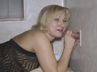 """Vorschaubild vom Privatporno mit dem Titel """"Abschlucken am Glory Hole"""""""