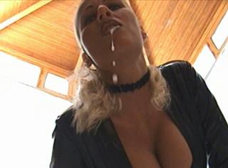 Lass mich Dich im schwarzen Lackanzug dominieren, ich rotze Dich an und zeige Dir mein nasses klaffendes Loch. POV ( Point of View ) Video, d.h. gefilmt aus eurer Perspektive :P Macht den Mund schön weit auf :P