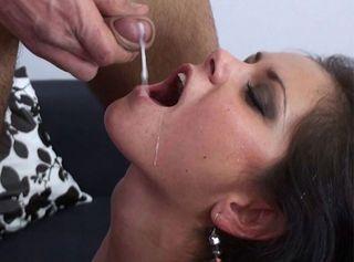 Mit dem geschenkten MultiVibe Sextoy hat mich der User so geil gemacht das ich ficken wollte. Dieser Fick war das 2. Geschenk von diesem netten User. Wie ein Wilder hat er meine rasierte, nasse Fotze gefickt und dabei meinen Kitzler mit dem Dildo gequält. Ich bin gekommen wie eine Verrückte. Er hat mich zu einem Mega Orgasmus gefickt. Und dann habe ich mich bedankt. Als Belohnung durfte er mir sein Sperma in den Mund spritzen. Der Ficksaft war so lecker das ich die ganze Wichse geschluckt habe. Und Du? Würdest Du mich genauso hart und gut zum Orgasmus ficken? Und dann? Mir auch dein Sperma in den Mund spritzen? Lust auf mich bekommen? Trau Dich! Real bin ich noch geiler als in dem Video!