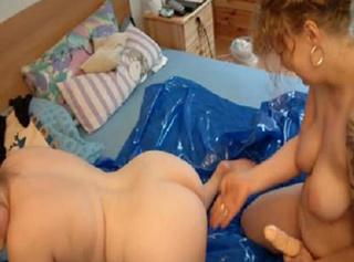 """Vorschaubild vom Privatporno mit dem Titel """"zwei frauen die sich gegenseitig einölen"""""""