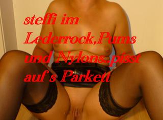 """Vorschaubild vom Privatporno mit dem Titel """"steffi pisst auf das Parkett"""""""