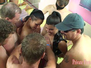 """Vorschaubild vom Privatporno mit dem Titel """"2 Bi-Girls laden 5 Kollegen zur Fickparty ein - Teil 1 von 2"""""""