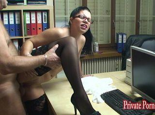 """Vorschaubild vom Privatporno mit dem Titel """"Junge Sekretärin erfickt sich die Gehaltserhöhung - Teil 2 von 2"""""""