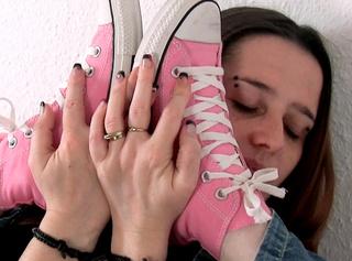 """Vorschaubild vom Privatporno mit dem Titel """"c0002_chuck_display Meine geilen rosa Chucks"""""""