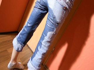 """Vorschaubild vom Privatporno mit dem Titel """"Jeans und Sneakers vollgepisst"""""""