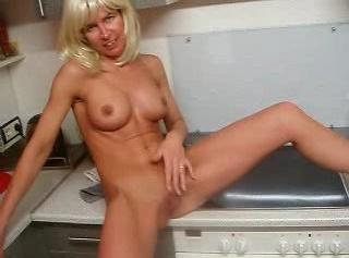"""Vorschaubild vom Privatporno mit dem Titel """"Sexy MILF braucht Schwänze"""""""