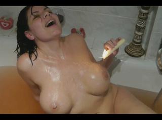 """Vorschaubild vom Privatporno mit dem Titel """"Wachs auf meinen geilen Titten und harten Nippeln!"""""""